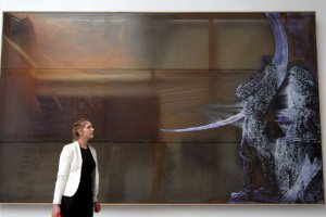 Eine Frau betrachtet ein Werk von Polke auf der 52. Biennale in Venedig