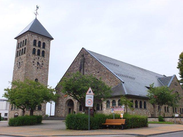 Das Dach der Kirche von Rocherath wird erneuert