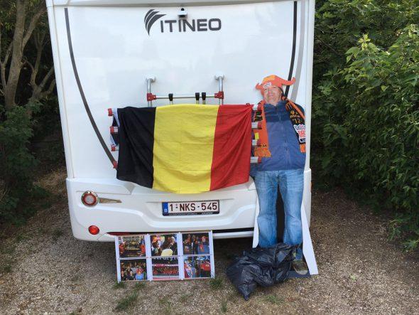 Als Pappaufsteller mit dabei: Rote-Teufel-Fans aus St.Vith ehren kürzlich verstorbenes Mitglied Guido Theissen
