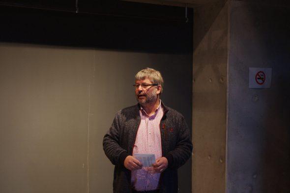 Willy Filz führt durch die Ausstellung des Kunstforums Ostbelgien im Alten Schlachthof
