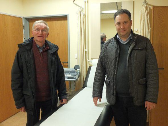 Christian Krings, Vorsitzender des Verwaltungsrates der Klinik St. Josef und Dr. Silviu Braga, Präsident der Vereinigung Eifeler Allgemeinmediziner, im Sprechzimmer für den hausärztlichen Bereitschaftsdienst