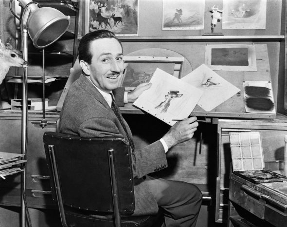 Walt Disney mit Bambi-Skizzen (1942) - © 2016 Disney Enterprises, Inc.
