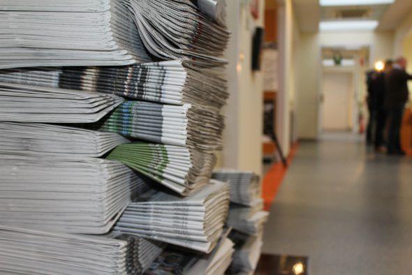 Zeitungsstapel in der GrenzEcho-Redaktion