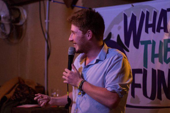 """""""What the fun"""": Ostbelgier Raphael Schröder erfolgreich als Comedian in Brüssel"""