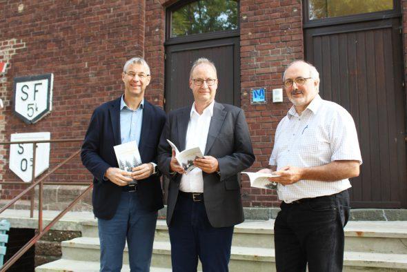 Guido Bertemes vom GrenzEcho Verlag, Autor Hermann-Josef Giesen und Klaus-Dieter Klauser vom Geschichtsverein ZVS (v.l.n.r.)