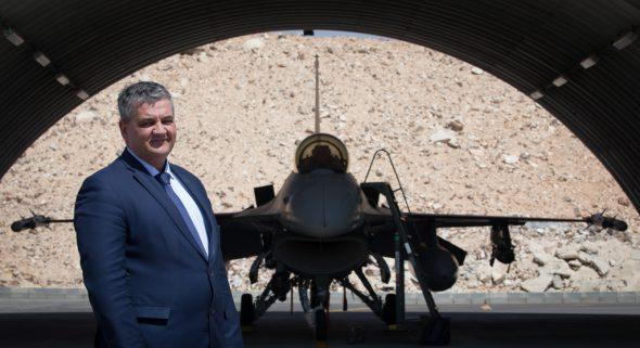 Verteidigungsminister Steven Vandeput vor einem F-16-Kampfjet in Jordanien (Archivbild: Benoît Doppagne/Belga)