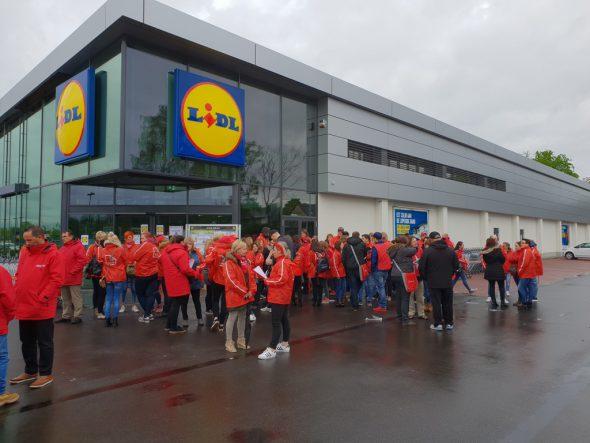 Gewerkschafter vor einem Lidl in Genk (30.4.2018)