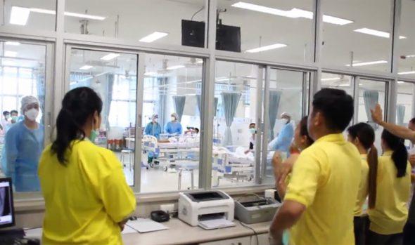 Die geretteten Jugendfußballer im Krankenhaus (Bild: Thai government public relations department (PRD) and Government spokesman bureau/AFP)