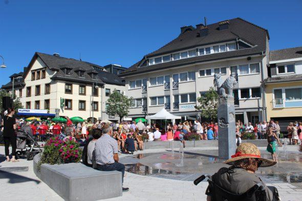 Rathausplatz in St. Vith eingeweiht (Bild: Michaela Brück/BRF)