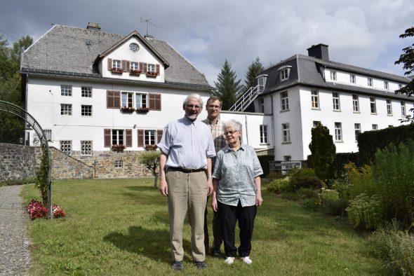 Pater Peter Mertes, Bruder Michael Ertl und Schwester Elisabeth Ossemann vor dem Kloster Montenau (Bild: Stephan Pesch/BRF)