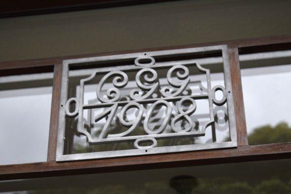 Über der Eingangstür der früheren Villa sind noch das Baujahr und die Initialen des Erbauers Carl Gustav Grisar (CGG) zu sehen (Bild: Stephan Pesch/BRF)