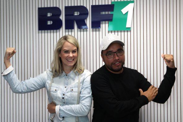 Moderatorin Julia Slot und Sänger Yves Paquet im BRF-Studio (Bild: Gary Fank/BRF)