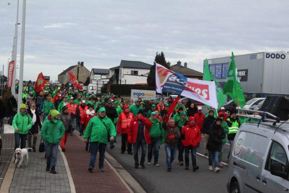 Solidaritätsmarsch für die Mitarbeiter von Chocolaterie Jacques, Hexcel und Emerson (Bild: Michaela Brück/BRF)