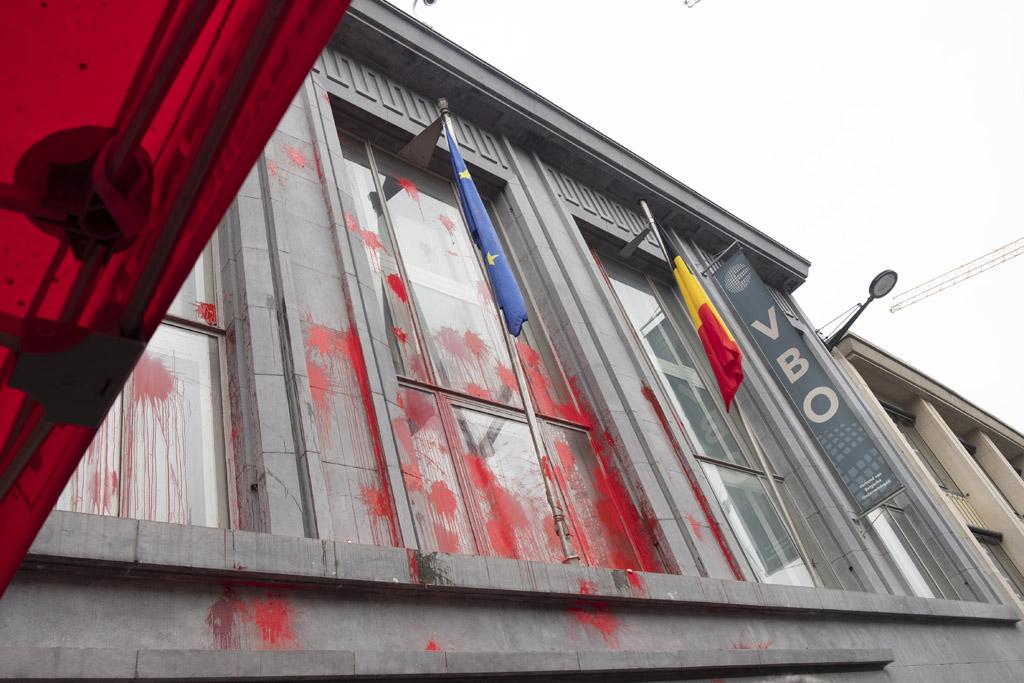 Fassade des Sitzes des Arbeitgeberverbandes FEB in Brüssel mit roter Farbe bespritzt