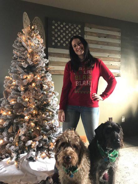 Julia Huberty mit ihren Hunden und einem von zwei Weihnachtsbäumen (Bild: privat)
