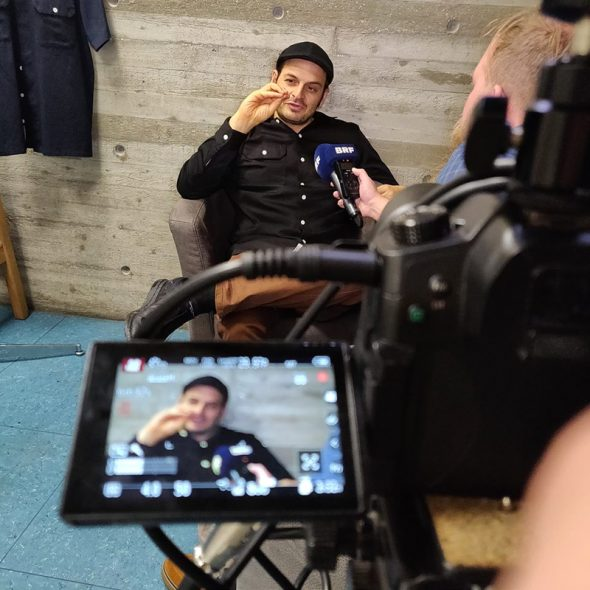 Kaya Yanar beim Interview mit BRF-Reporter Christophe Ramjoie (Bild: Veranstalter)