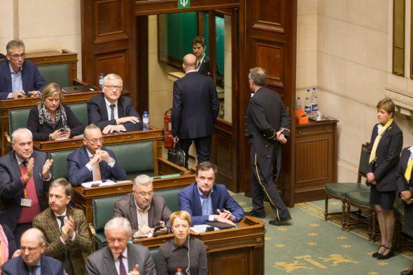 Michel verlässt die Kammer (Bild: James Arthur Gekiere/belga)
