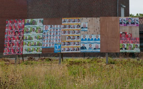 Wahlplakate in Binche (Bild: Carole Heymans/Belga)
