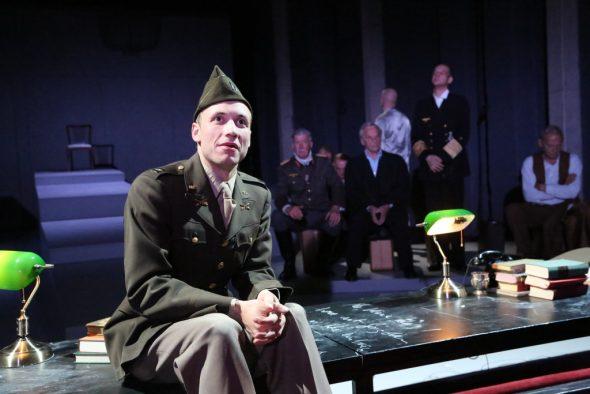 Maximilien Jadin als John Dolibois (Foto: Bohumil Kostohryz)