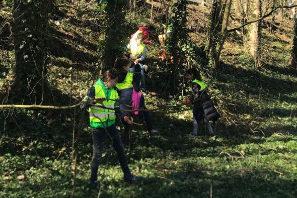 Frühjahsputz-Aktion in Eupen: Schüler des 5. Primarschuljahrs des Kgl. Athenäums machen mit (Bild: Julia Slot/BRF)