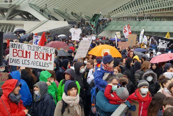 Klimastreik: Schüler versammeln sich am Lütticher Bahnhof Guillemins (Bild: Jessica Defgnée/Belga)