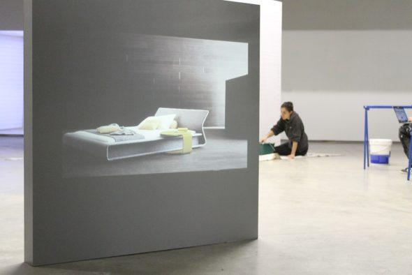 Chloé Op de Beeck bei den Vorbereitungen für ihre Ausstellung im Ikob (Bild: Melanie Ganser/BRF)
