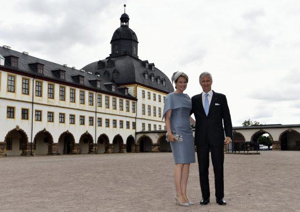 Königin Mathilde und König Philippe vor dem Schloss Friedenstein in Gotha (Bild: Eric Lalmand/Belga)