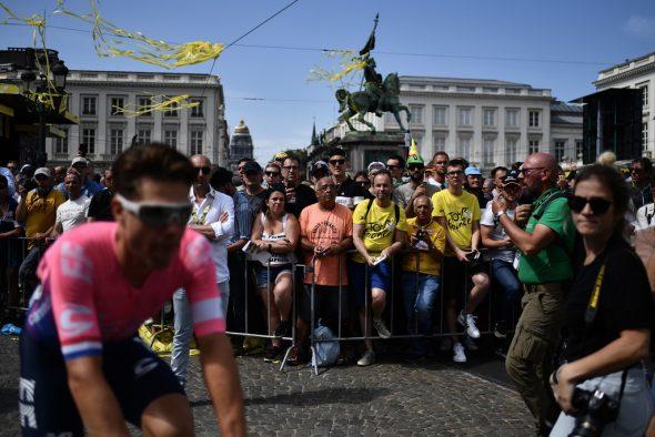Fahrrad-Begeisterte auf der Brüsseler Place Royale beim Start der ersten Etappe der Tour de France 2019 (Bild: Jeff Pachoud/AFP)