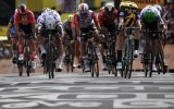 Mike Teunissen gewinnt den Sprint vor Peter Sagan