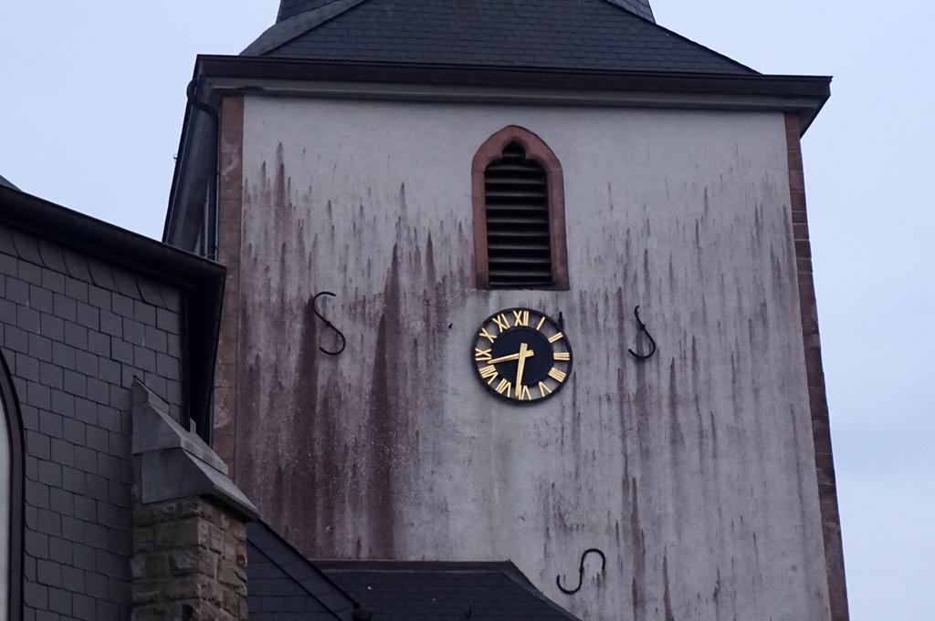 Die verschmutzte Fassade der Kirche in Büllingen (Bild: Stephan Pesch/BRF)