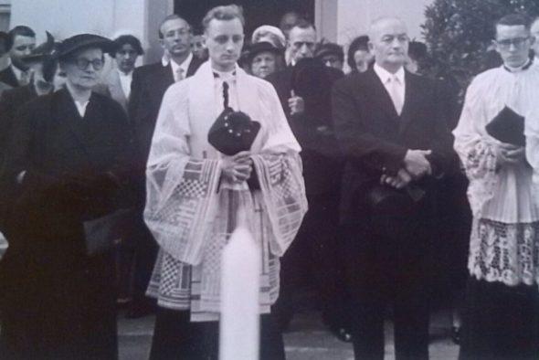 Josef Pankert mit seinen Eltern bei seiner Primiz im Juli 1953 (Bild: Marie-Claire Mommer)