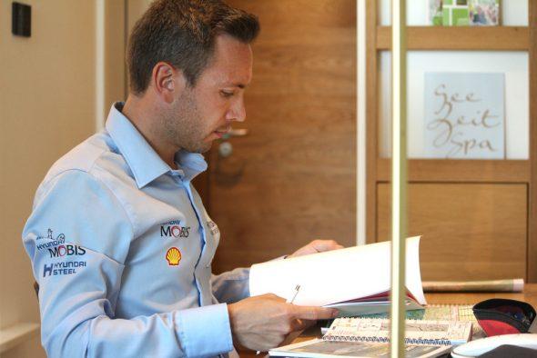 """Rallye-Beifahrer Nicolas Gilsoul kümmert sich um den ganzen """"Papierkram"""" wie Roadbook und Aufschrieb. Das geht schon vor der Rallye los. (Bild: Katrin Margraff/BRF)"""