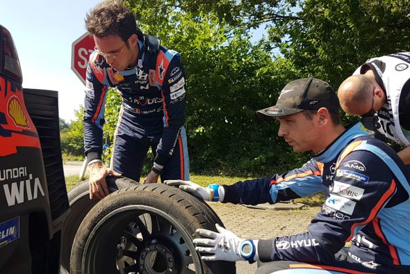 Thierry Neuville und Nicolas Gilsoul entscheiden, wo der frische Reifen hinkommt (Bild: Katrin Margraff/BRF)