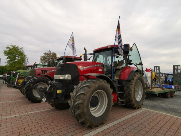 Landwirte haben sich mit ihren Traktoren in St. Vith versammelt, um nach Ciney zu fahren (Bild: Raffaela Schaus/BRF)