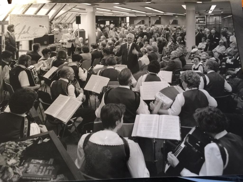 Festivalpremiere im November 1994, musikalisch umrahmt von Accordiola St. Vith. Bernd Gentges war Ehrengast (Bild: Josef Zierden)