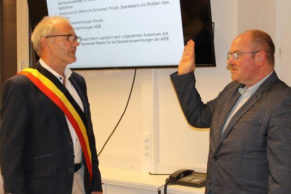 Roger Britz legt vor Bürgermeister Erwin Güsting seinen Eid ab (Bild: Melanie Ganser/BRF)