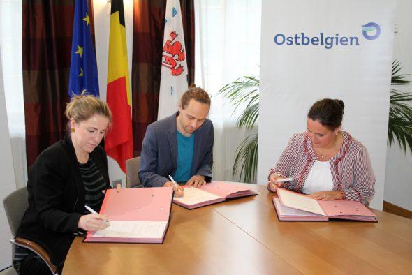 Sie möchten den Stoneman nach Ostbelgien bringen: Die Ministerin für Tourismus Isabelle Weykmans, Tilman Sobek vom Stoneman International und die Direktorin der TAO, Sandra De Taye (Bild: Chantal Scheuren/BRF)