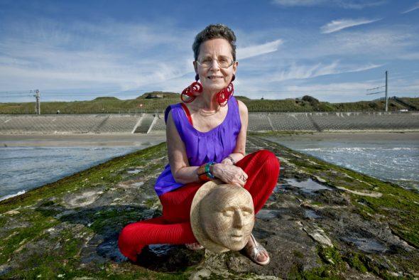 Autorin Gerlinda Swillen auf einem Wellenbrecher in Raversyde nahe Ostende: Im Hintergrund ist ein Bunker zu sehen, der während des Zweiten Weltkrieges Teil des Atlantikwalls (Bild: privat)