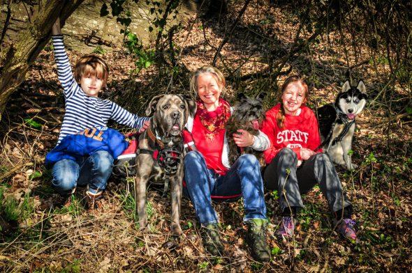 Das Jakobsweg-Team: Evelyne Güsken mit ihren beiden Kindern und den drei Hunden (Bild: Tania Wilden)