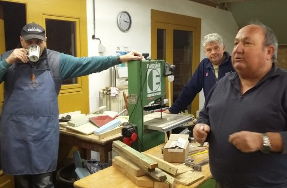 Drei Männer, eine Leidenschaft: das Krippenbauen (Bild: Chantal Delhez/BRF)