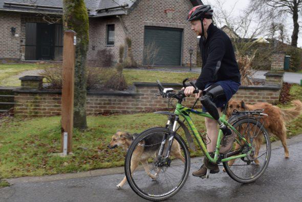 Fahrradfahren geht gut mit dem elektronischen Kniegelenk, sagt Pascal Fickers (Bild: Raffaela Schaus/BRF)