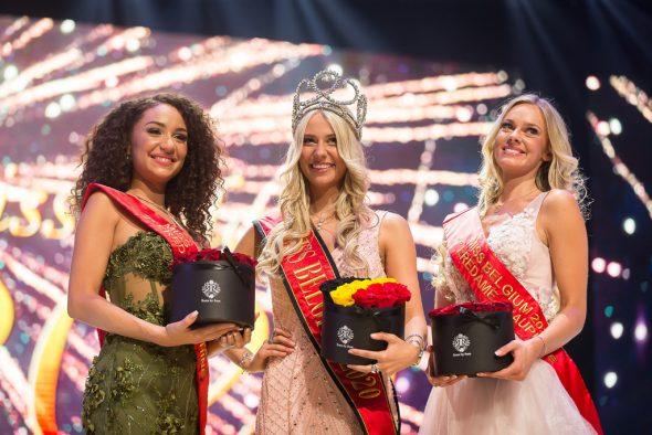 Miss Belgium 2020 Céline Van Ouytsel mit ihren Ehrendamen Annica Van Hollebeke (l.) und Celest Decaesstecker (Bild: James Arthur Gekiere/Belga)