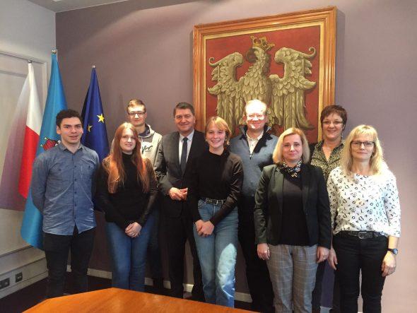 Die Gruppe aus St. Vith mit dem Bürgermeister von Auschwitz, Janusz Chwierut (Bild: privat)