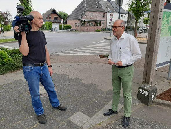 BRF-Kameramann Ingolf Erbe und Raerens Bürgermeister Erwin Güsting (Bild: Manuel Zimmermann/BRF)