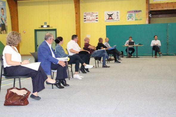 Gemeinderat Lontzen tagt in der Mehrzweckhalle Herbesthal (Bild: BRF/Chantal Scheuren)
