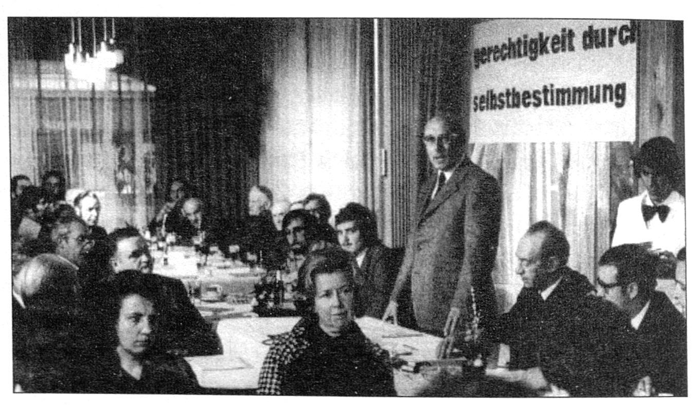 PDB-Vorstand: B. Kartheuser, L. Paasch, Kl. Baltus (stehend), M. Louis Bild: DG-Biblio-Kassetten)