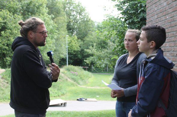 Tom Rosenstein im Gespräch mit Paul Langer und Laura Geßner vom Nachwuchsmedienprojekt Media & Me (Bild: Peer Schwiders/BRF)