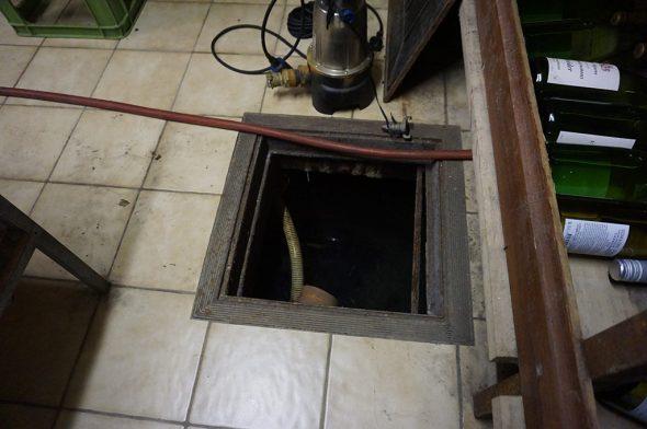 Die unscheinbare Quelle der Kyll im Keller des Anbaus des Hotels Schröder (Bild: Stephan Pesch/BRF)