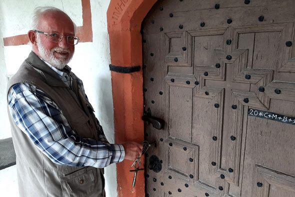 Josef Dries führt Besucher durch die Kapelle Wiesenbach (Bild: Michaela Brück/BRF)