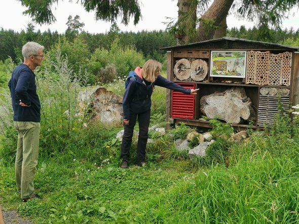 Mit Dagmar Becker vom Haus Ternell auf dem Naturlehrpfad in Raeren (Bild: Raffaela Schaus/BRF)